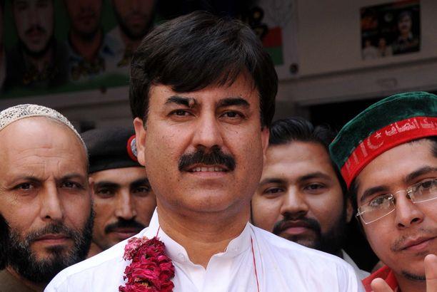 Pakistanilainen poliitikko Shaukat Yousafzai (keskellä) arkistokuvassa.