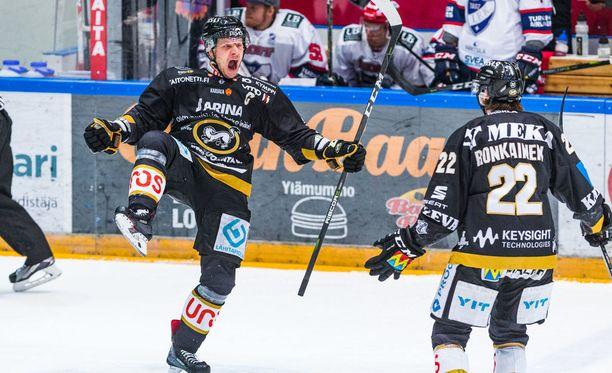 Lasse Kukkonen tuuletti villisti ottelun avausmaalia.