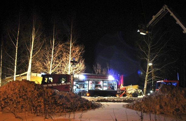Raivauksessa pelastuslaitoksen apuna on ollut muun muassa nosturiauto sekä Puolustusvoimat erikoisyksikkö.