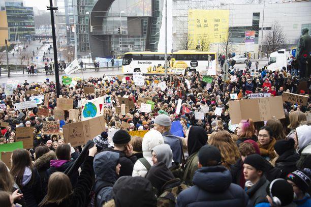Ilmastolakko keräsi tuhansia nuoria Eduskuntatalon edustalle.
