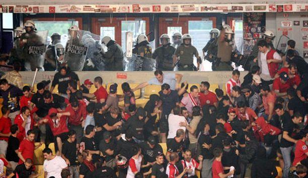 Kreikan korisfinaali päättyi fanien rähinään.