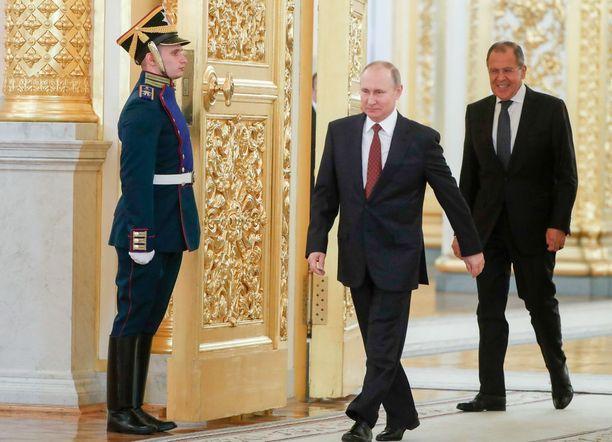 """Venäjän presidentti Vladimir Putin tuomitsi lauantaina jyrkästi Yhdysvaltojen, Iso-Britannian ja Ranskan ohjusiskun ja sanoi, että """"vihamielinen teko tehtiin ilman YK:n turvallisuusneuvoston päätöstä, YK:n peruskirjan vastaisesti ja kansainvälistä oikeutta loukaten""""."""
