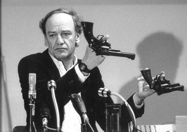 Murhatutkintaa aluksi johtanut Tukholman lääninpoliisipäällikkö Hans Holmer esitteli maaliskuussa 1986 revolveria, jonka tyyppisellä Olof Palme murhattiin.