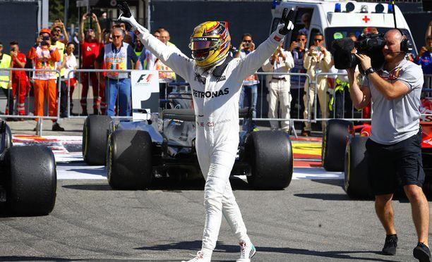 Lewis Hamilton on ajanut formula ykkösissä paalupaikalla 69 kertaa. Michael Schumacherin luku on 68. Nykykuljettajista Hamiltonin jälkeen seuraavana tulee Ferrarin Sebastian Vettel, jolla paaluja on koossa 48.