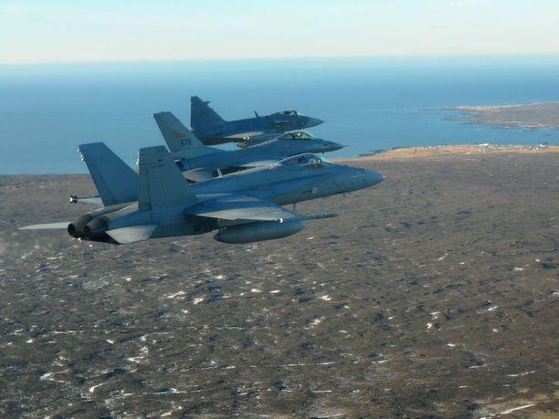 Kolmen pohjoismaan koneet partioivat Islannissa vuonna 2014. Etualalla Suomen ilmavoimien Hornet, keskellä Norjan F-16 ja taaimpana Ruotsin Saab Gripen.