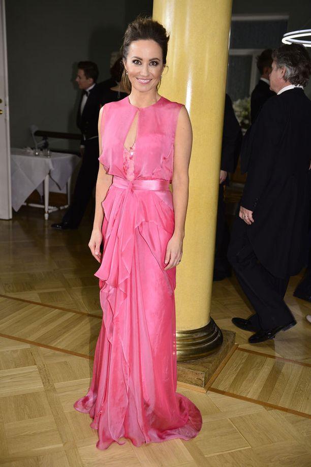 Juhlapukeutumisessaan rohkeasti värejä käyttävä Jaana Pelkonen oli toissa vuonna yksi Linnan kuningattarista. Tuolloin kansanedustaja juhli todella kauniisti laskostetussa pinkissa luomuksessa, jonka jujuna oli kaunis etumus. Teemu Muurimäen Magnum-puku oli hyvällä maulla paljastava.