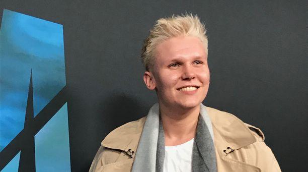 Arttu Lindeman edusti yksin Valmentaja-elokuvan ensi-illassa.