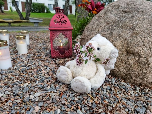 Leikkipaikalle oli tuotu nalle surmattujen lasten muistolle.