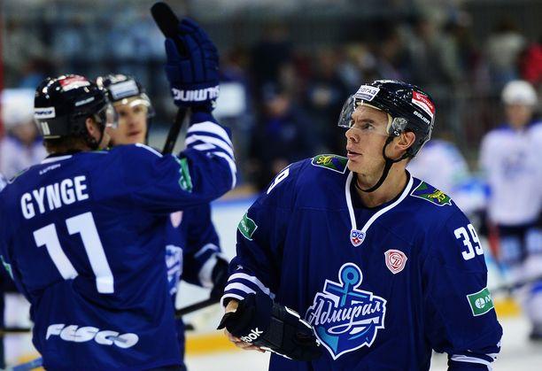 Logan Pyett (oikealla) pelasi ennen syöpädiagnoosiaan muun muassa KHL:n Admiral Vladivostokissa.