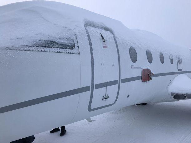 Lentokone on Gulfstream G150 -mallinen liikesuihkukone, johon mahtuu seitsemän matkustajaa.