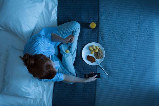 Suurin osan päivän kalorimäärästä kannattaa keskittää muualle kuin iltaan, toteaa tutkimus.