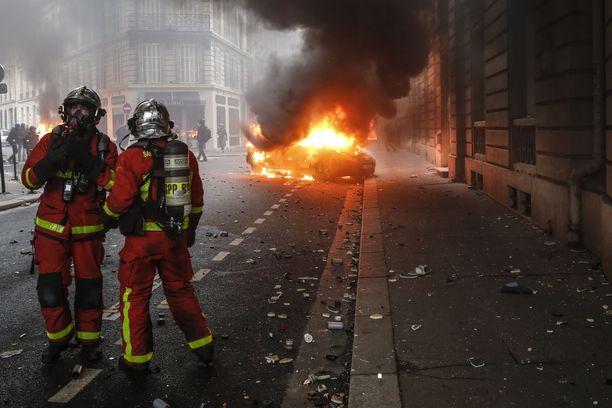 Auto paloi Pariisin mielenosoituksissa 8. joulukuuta.