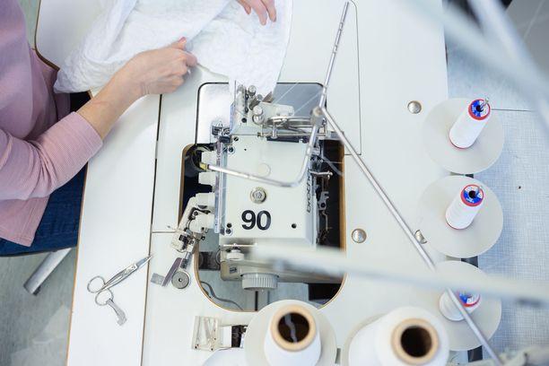 Voglian tehtaalla valmistetaan kohta suojavaatteita ja -varusteita sairaaloiden tarpeisiin.