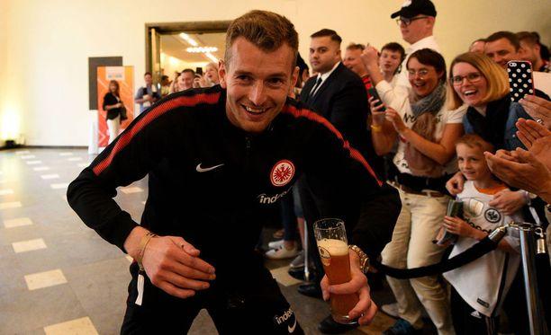 Lukas Hradecky juhlimassa Saksan cupin voittoa toukokuun lopussa.