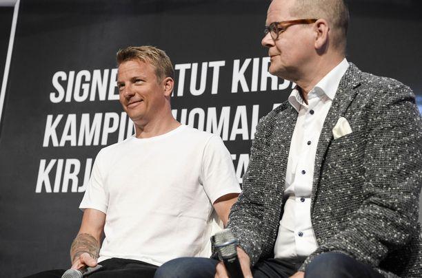 Kari Hotakaisen (oikealla) kirjoittama Tuntematon Kimi Räikkönen on Suomen myydyin urheilukirja.