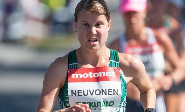 Elisa Neuvonen käveli Kalevan Kisoissa 10 kilometrillä Suomen mestariksi.