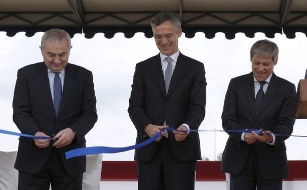 Naton pääsihteeri Jens Stoltenberg (kesk.), Romanian pääministeri Dacian Ciolos (oik.) ja ulkoministeri Lazar Comanescu vihkivät ohjuspuolustuksen käyttöön tänään Deveselussa Romaniassa.