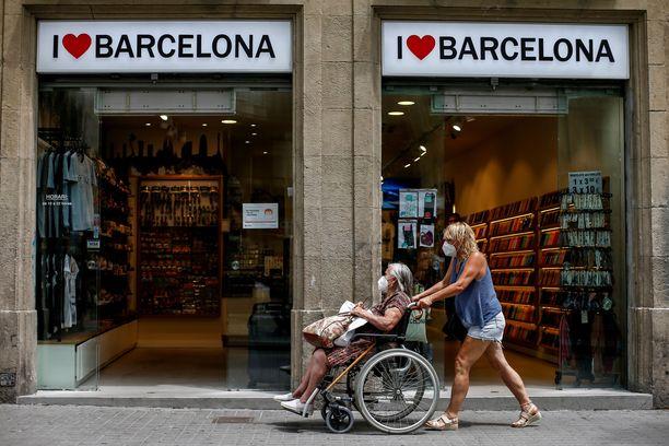 Espanjassa on Euroopan tiukimpia kasvomaskipakkoja, mutta koronatartunnat ovat silti lähteneet uuteen nousuun muun muassa Barcelonassa.
