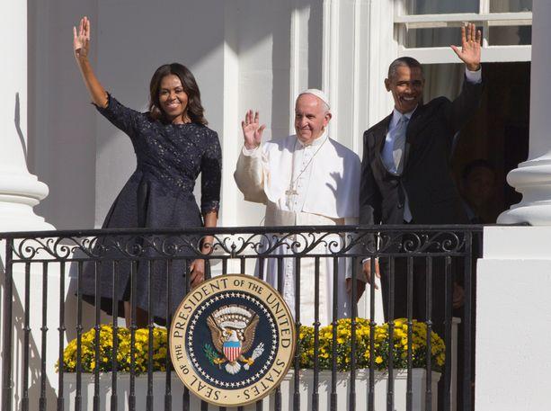Michelle Obama, paavi Franciscus ja Barack Obama vilkuttivat väkijoukolle Valkoisen talon parvekkeelta.