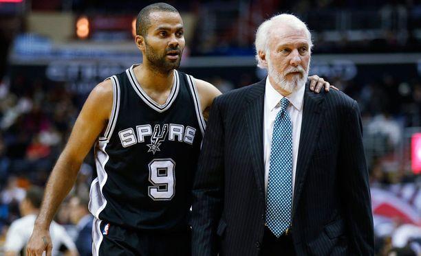Tony Parker oli Spursin voiton takuumiehiä. Valmentaja Gregg Popovich on yllättynyt joukkueen uusien pelaajien nopeasta sopeutumisesta.
