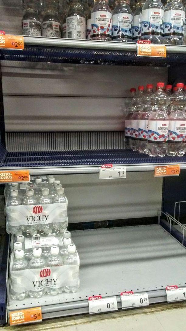 Paikallisen K-kaupan vesihylly tyhjeni nopeasti, kun ohje veden keittämisestä annettiin Nousiaisten kunnassa.