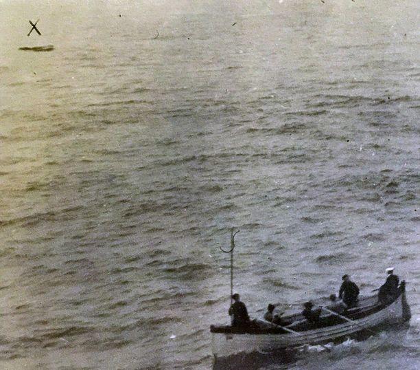 Oceanicin pelastusvene lasketaan tutkimaan X:llä kuvaan merkittyä venettä.