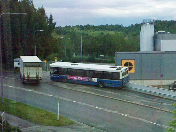 Kuskiltaan karannut bussi valui rinteessä päin aitaa.