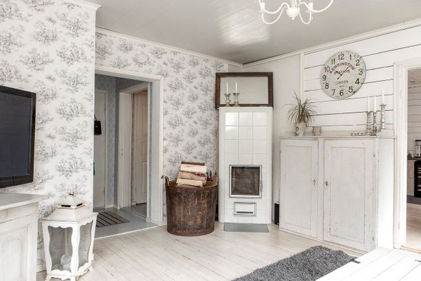 Olohuone on väreiltään vaalea ja tyyliltään maalaisromanttinen. Huoneen tunnelma sopii loistavasti vanhaan taloon.