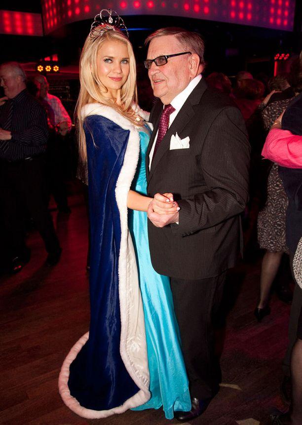Klo 23.45 Missikeisari Eino Makunen valssasi tanssiaisissa uusimman suojattinsa kanssa. Myöhemmin yöllä kaksikko tanssi vauhdikkaan Mambo no 5 -kappaleen.