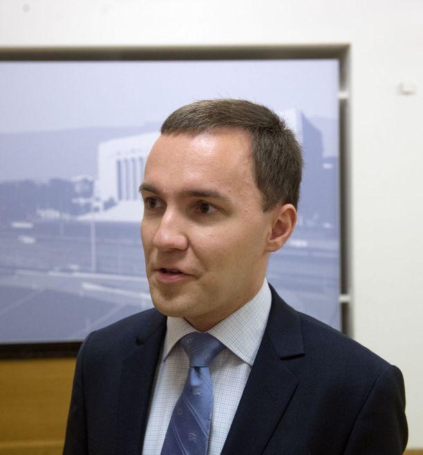 Hallituspuoluetta edustava Wille Rydman (kok) on sotekriittisenä kansanedustajana paljon vartijana.