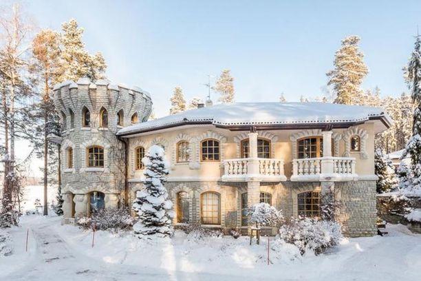Porvoolainen kivitalon uloin kerros on käsinmuotoiltua kalkkikiveä, joka tekee talosta suorastaan linnamaisen.
