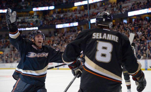 Anaheim Ducksin puolustaja Francois Beauchemin onnittelee Selännettä toisessa erässä syntyneestä maalista.