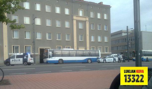 Poliisit kiilasivat bussin tien sivuun.