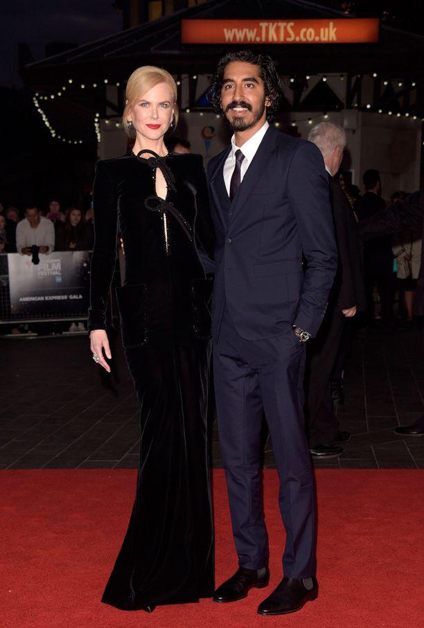 Nicole poseerasi yhdessä Dev Patelin kanssa.