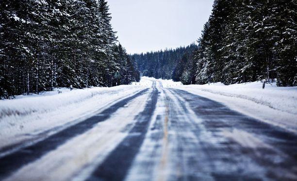 Liukas keli aiheutti lukuisia onnettomuuksia ja vaaratilanteita Pohjois-Suomessa.