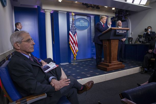Tohtori Fauci (kuvassa vasemalla) seurasi presidentti Trumpin tiedotustilaisuutta huhtikuun lopulla Valkoisessa talossa.