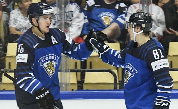 Mikko Rantanen (vas.) ja Eeli Tolvanen aloittavat ottelun toista kertaa ketjukavereina.