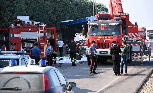 Kuusitoista ulkomaalaista maataloustyöntekijä on saanut surmansa Italian eteläosassa Foggian kaupungin lähettyvillä lauantaina ja maanantaina sattuneissa liikenneonnettomuuksissa.