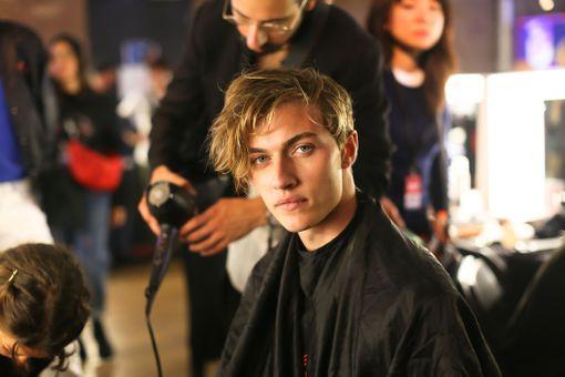 Miesten hiuksissa saa olla nyt tekstuuria ja pituutta.