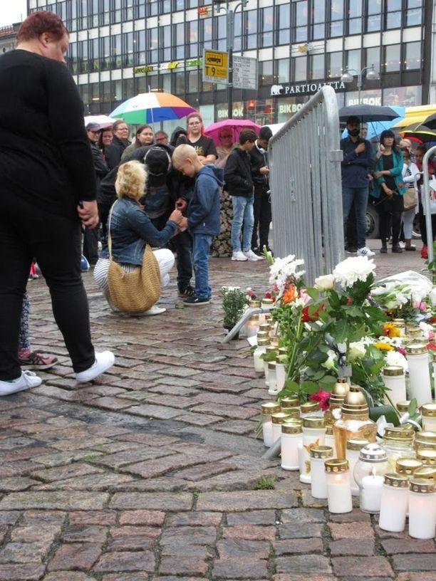 Turun kauppatorille tuotiin kukkia ja kynttilöitä keskeytyksettä lauantaina iltapäivällä.