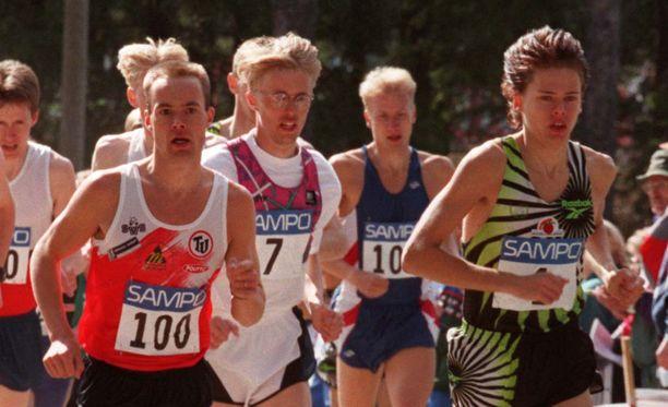 Jukka Savonheimo (keskellä numero 7) oli 1980- ja 1990-lukujen maajoukkuejuoksija.