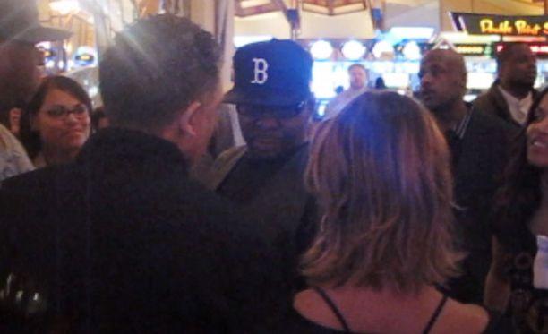 Brown nähtiin juttelemassa kasinolla naisten kanssa.