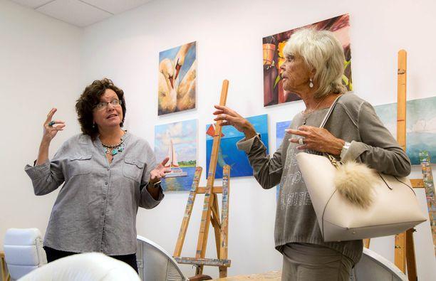 Prinsessa Birgitta (oikealla) vierailemassa Floridassa taidekoulussa.