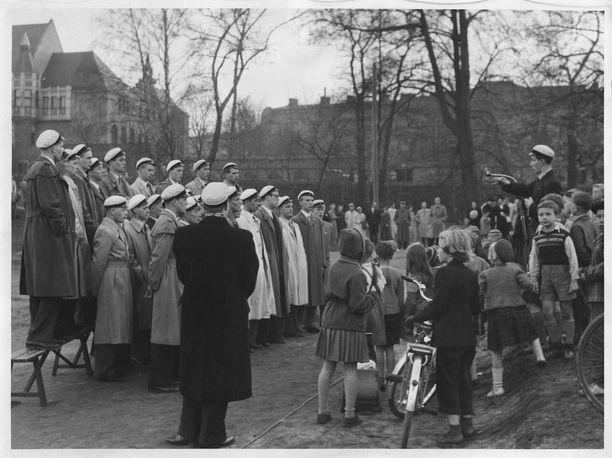 """Pohjalaisten ylioppilaiden kuoro esiintymässä Hesperian puistossa vuonna 1951. Lehdessä kerrottiin seuraavaa: """"Vappu on tullut taas. Vappu on jälleen otettu vastaan. Eri puolilla maata se todettiin ja hyväksyttiin."""""""