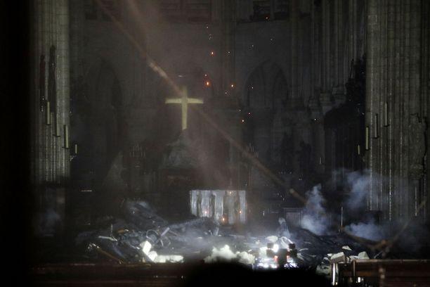 Valokuvat katedraalin sisältä jättävät epäselväksi sen, tuhoutuiko alttarin risti.