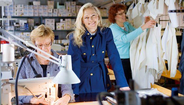 Mirja Järvinen ja Ritva Suomalainen ovat opastaneet pomoaan manttelitakin valmistuksessa.