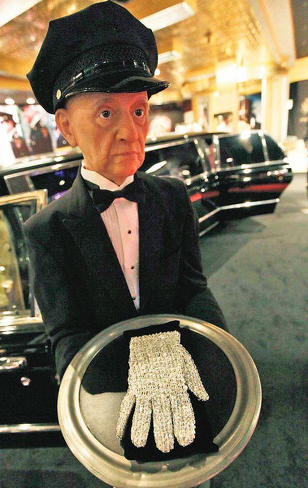 Tyyris tumppu Michael Jacksonin kristallikäsine on kaupan ensi viikolla järjestettävässä huutokaupassa. Poptähden prameasta lapasesta joutunee pulittamaan arvioiden mukaan jopa lähes 15 000 euroa. Hanskan lisäksi myynnissä on myös muun muassa Jacksonin kruunu, valtikka ja jäätelökärryt.