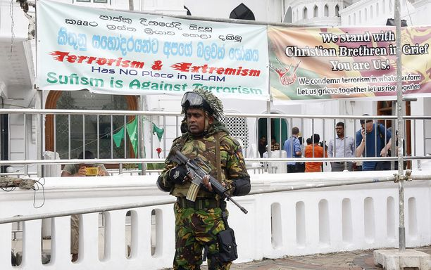 Sri Lankan turvallisuusjoukot ovat käynnistäneet laajamittaisen ihmisjahdin viime sunnuntain terrori-iskujen johdosta.