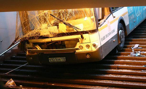Bussi kärsi vakavia vaurioita kuolonkolarissa.