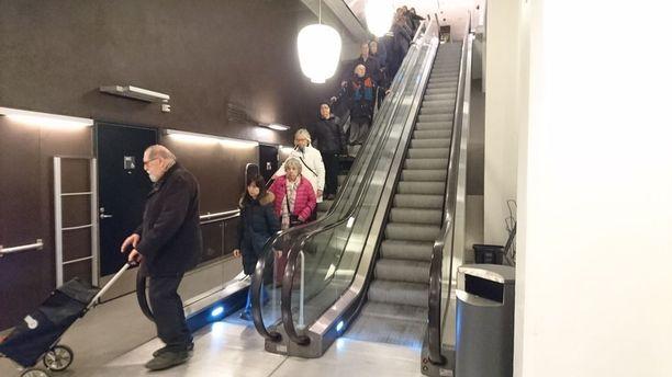 Kun Herkun ovet avautuivat keskiviikkona kello 10, uteliaita tuli myymälään tasaiseen tahtiin. Monet olivat tulleet jonottamaan ovien avautumista.